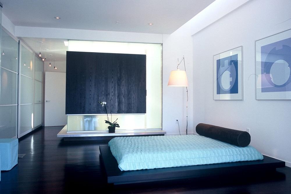 chambre avec une déco murale bleu